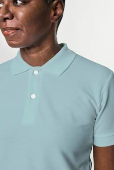 Afro-americano vestindo roupas básicas de camisa pólo azul