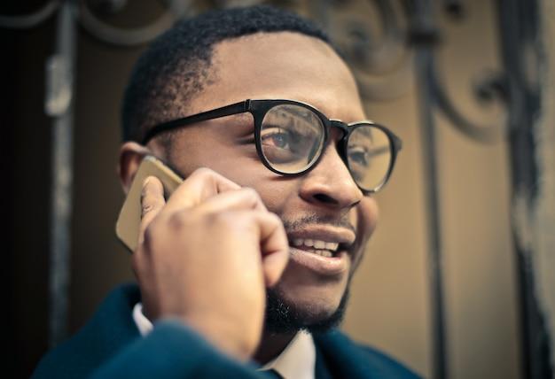 Afro empresário falando ao telefone