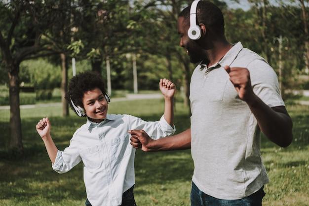 Afro filho e afro pai ouvir música e dança