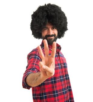 Afro homem contando três