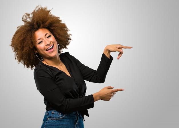 Afro mulher apontando para o lado