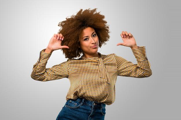 Afro mulher apontando-se