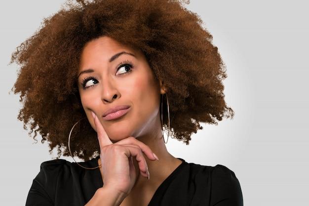 Afro mulher rosto pensando closeup