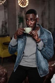 Afroamerican bonito homem bebendo café