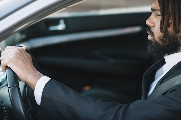 Afroamerican homem dirigindo vista lateral