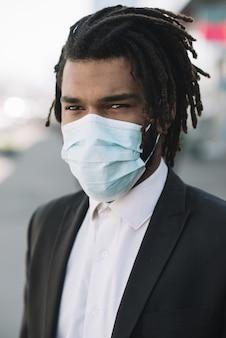 Afroamerican homem vestindo máscara médica