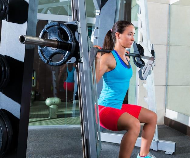 Agachamento menina em multipower squatting máquina smith