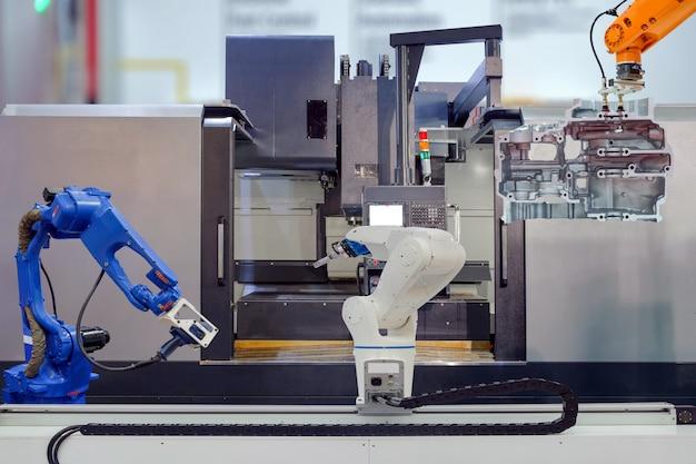 Agarramento robótico industrial e varredura 3d robótica trabalhando no trabalho em equipe com peças de motor de moto em máquina cnc