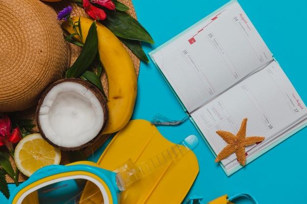 Agenda com chapéu decorativo e elementos de frutas
