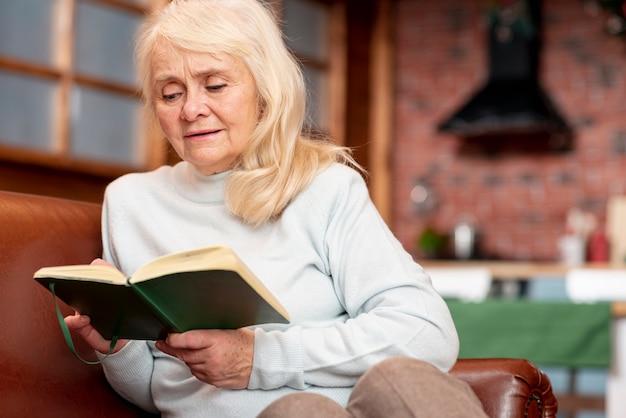 Agenda de consultoria feminina idosa de baixo ângulo