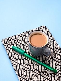 Agenda de planejamento com xícara de café