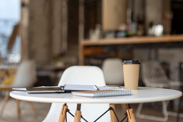 Agenda e área de transferência na mesa