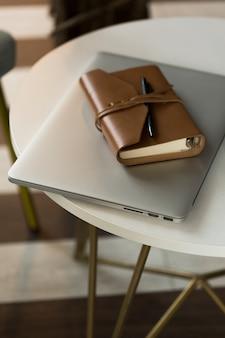 Agenda e laptop de alto ângulo