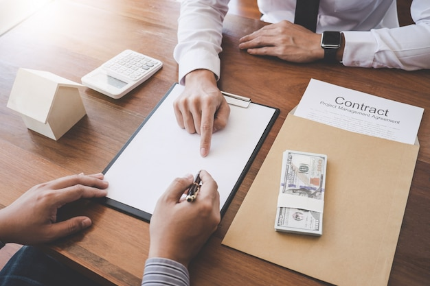 Agente, apresentando, cliente, para, fazendo, a, decisão um, propriedade casa, empréstimo, para, cliente