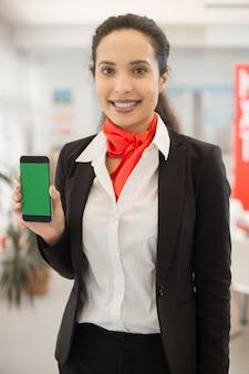 Agente bancário apresentando aplicativo móvel