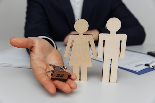Agente dá a chave da casa para comprar casa para o jovem casal