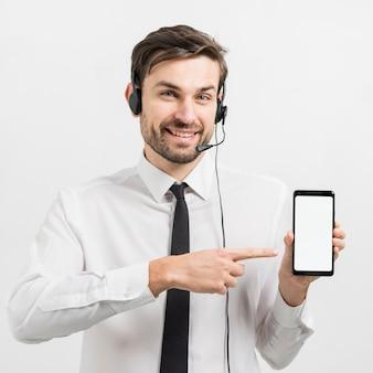 Agente de call center apresentando modelo de smartphone