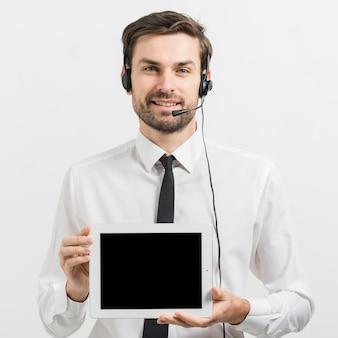 Agente de call center apresentando modelo de tablet