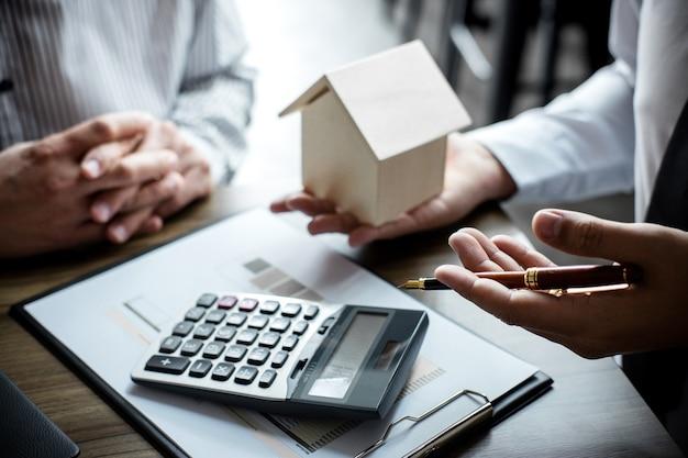 Agente de corretagem imobiliária sendo analisado