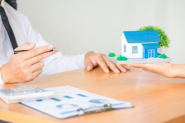 Agente de corretor de imóveis apresentando e consultar o cliente para tomada de decisão assinar acordo de forma de seguro