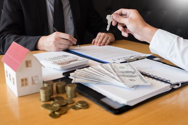 Agente de desenvolvimento imobiliário e assinar no documento dando as chaves da casa nova