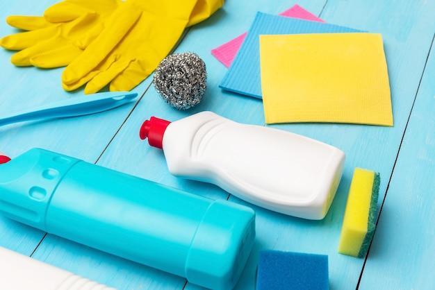 Agente de limpeza líquido. e esponjas de limpeza com luvas de borracha.