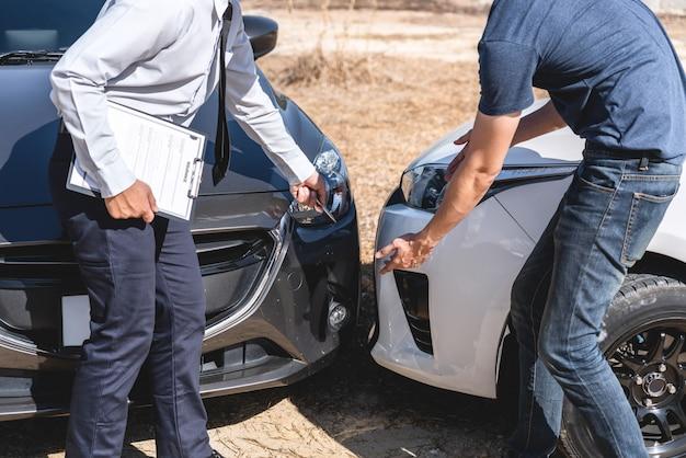 Agente de seguros examinando acidente de carro