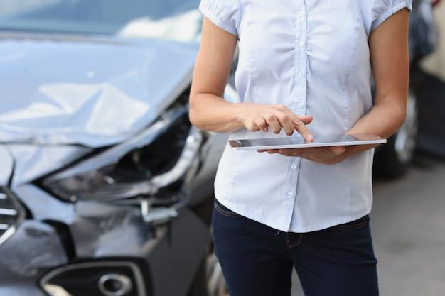 Agente de seguros feminino insere dados no programa de danos ao carro conceito de seguro de carro quebrado