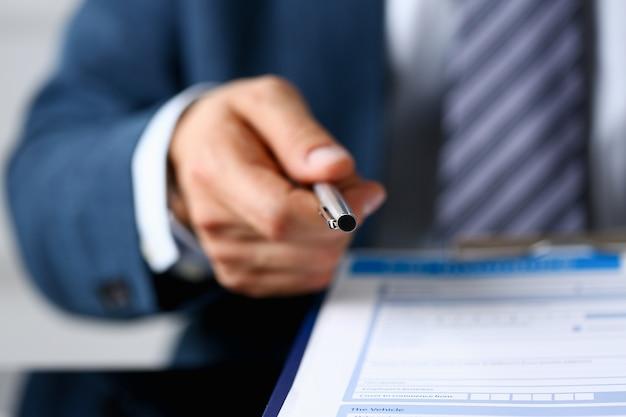 Agente de seguros masculino mão desenha uma caneta de prata