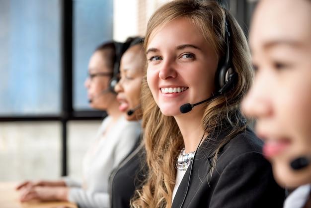 Agente de serviço ao cliente de mulher trabalhando em call center