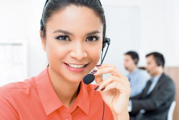 Agente de serviço ao cliente de telemarketing mulher asiática bonita trabalhando em call center