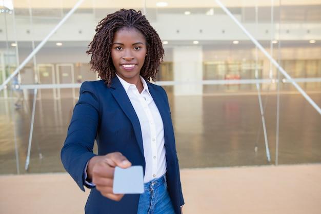 Agente de sucesso feliz dando cartão de visita
