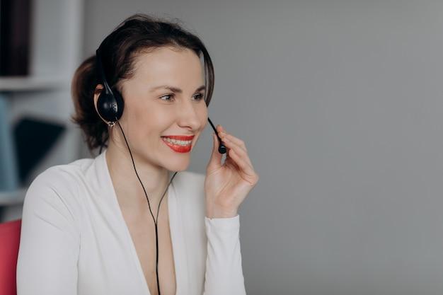 Agente de suporte ao cliente mulher recepcionista wear headset consulte o cliente on-line.