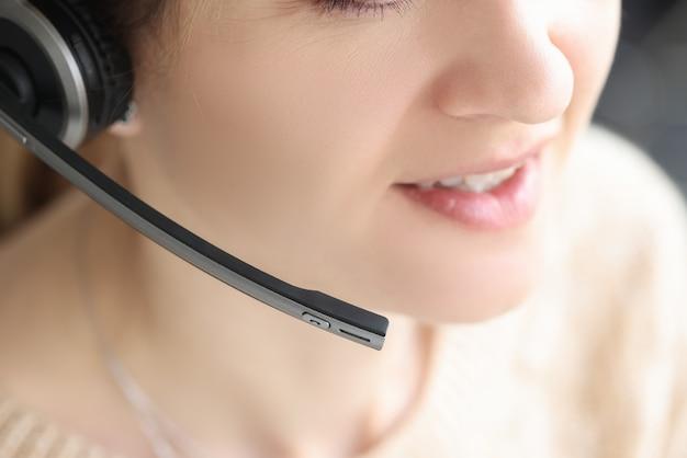Agente de televendas usa fone de ouvido com microfone sem fio consulte atendimento ao cliente close up