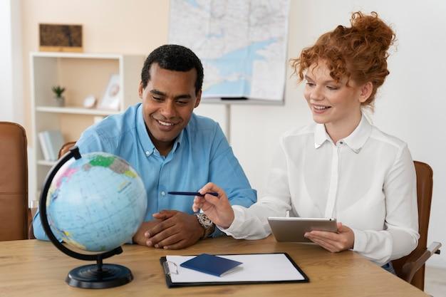 Agente de viagens que oferece planejamento de viagens para clientes