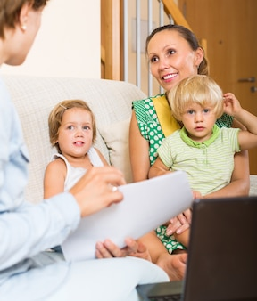 Agente falando com mãe e filhos