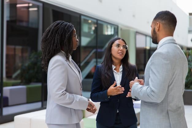 Agente feminina confiante, dizendo aos clientes sobre o projeto