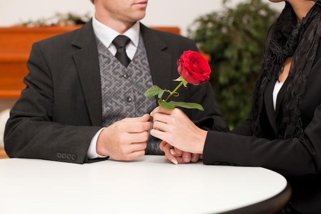 Agente funerário com o cliente confortando e aconselhando-o