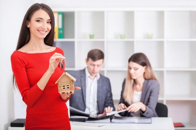 Agente imobiliário apresentando um contrato de investimento em casa para futuros proprietários