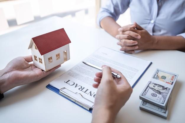 Agente imobiliário celebrando um contrato com um cliente