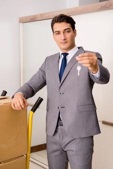 Agente imobiliário com chave da casa nova