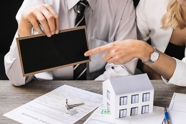 Agente imobiliário com cliente em reunião