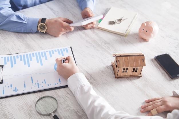 Agente imobiliário com cliente no escritório. conceito imobiliário