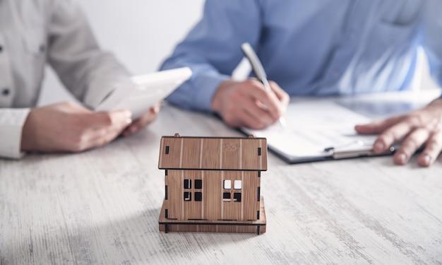 Agente imobiliário com cliente no escritório