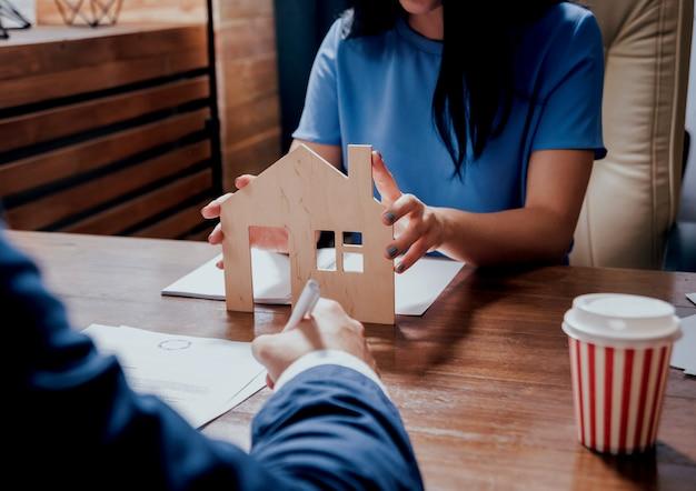 Agente imobiliário com o cliente antes da assinatura do contrato. conceito imobiliário.