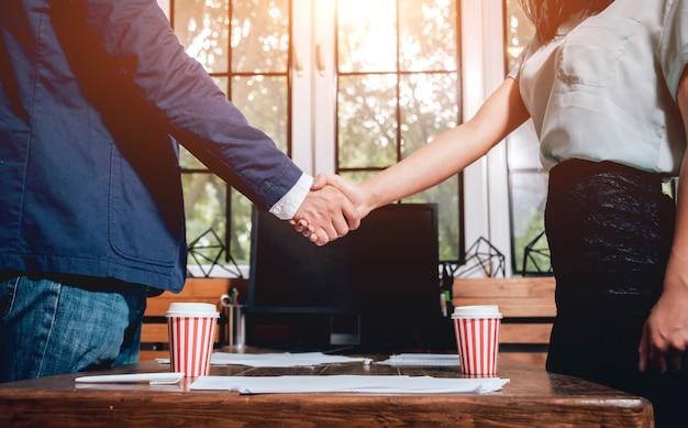 Agente imobiliário com o cliente após a assinatura do contrato. aperto de mão. conceito imobiliário.