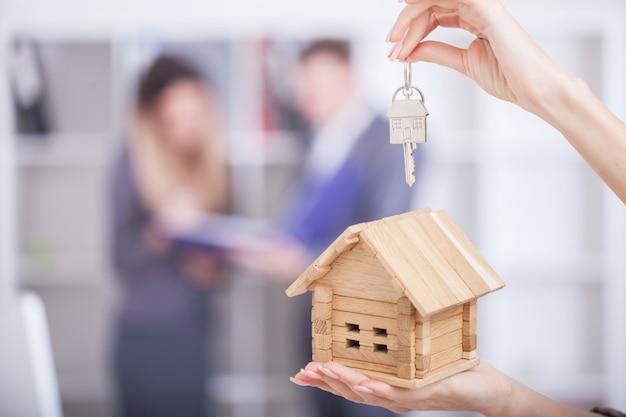 Agente imobiliário dando as chaves da casa para um cliente