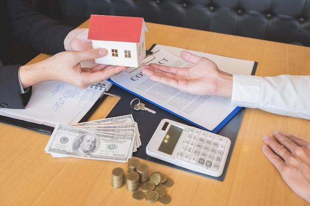 Agente imobiliário dando casa chaves acordo de sinal propriedade para venda