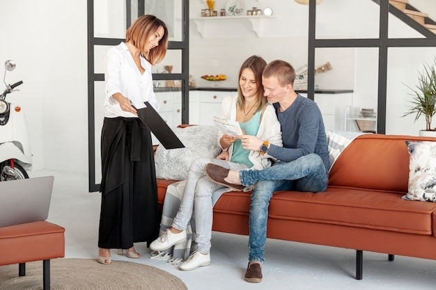 Agente imobiliário de longa distância conversando com homem e mulher