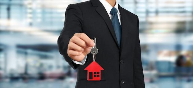 Agente imobiliário entregando as chaves da casa em mãos